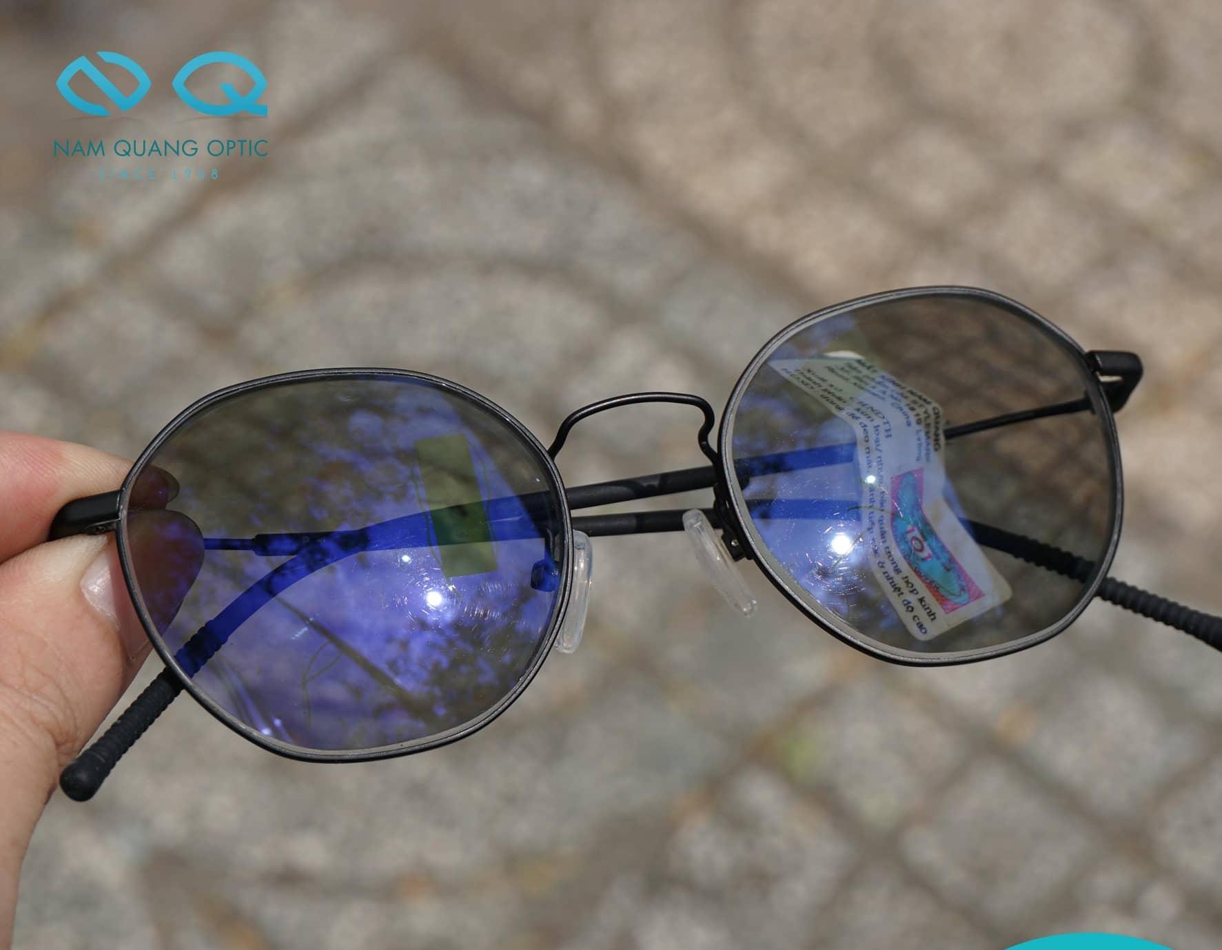 Tròng kính cận đổi màu
