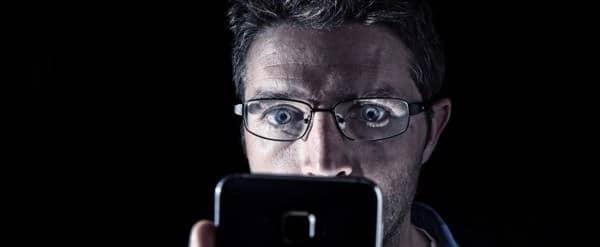 ánh sáng xanh trên điện thoại